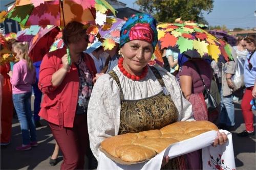 Сеньор помидор и пан  баклажан. В Троицке стартовала фруктово-овощная ярмарка