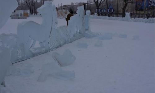 Троицкие вандалы порезвились в ледовом городке. Композиция восстановлению не подлежит